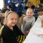 Laura i Milenka oczekują na rozpoczęcie konkursu.
