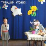 Milenka recytuje wiersz.