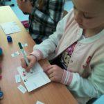 Dzieci przygotowują pocztówki.