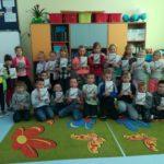 Dzieci prezentują wykonane pocztówki.