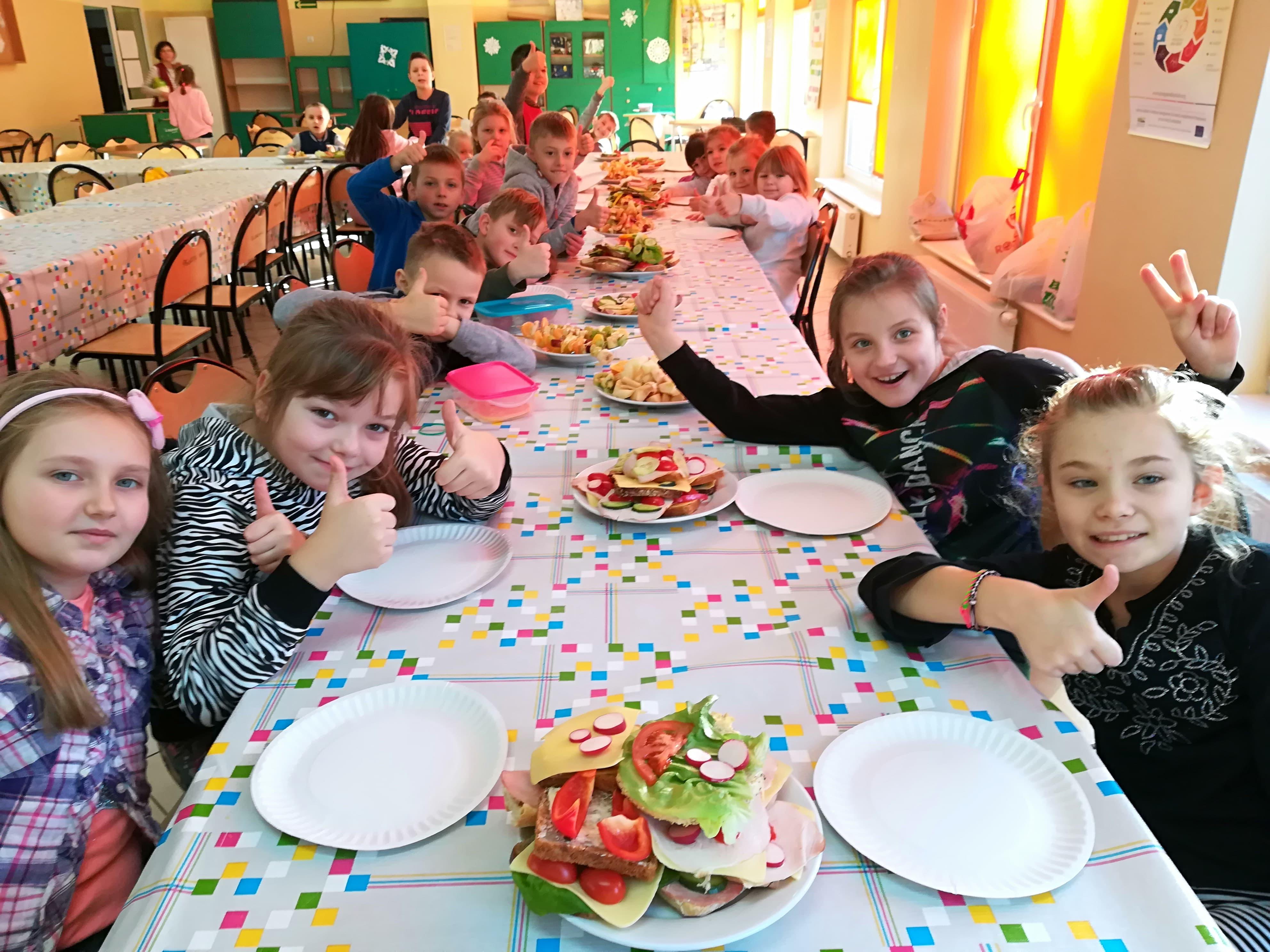 Dzieci siedzę przy stole.
