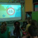 Uczniowie oglądają prezentację.