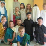 Dzieci przebrane w stroje świętych.