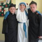 Chłopcy przebrani w stroje świętych.