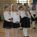 dziewczynki mówią wiersz.