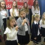 Dziewczynki mówią wiersze.