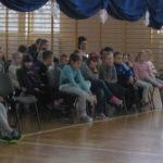 Uczniowie oglądają przedstawienie.