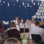 Uczniowie śpiewają kolędy.