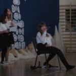Uczennica śpiewa kolędy.