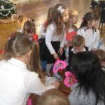Wychowawczyni rozdaje dzieciom prezenty.