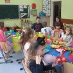 Dzieci spożywają poczęstunek w klasie.