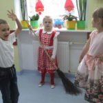 Dzieci prezentują swoje przebrania.