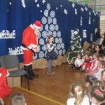 Dziewczynka śpiewa Mikołajowi piosenkę.