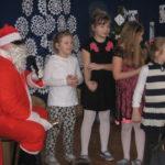 Dzieci śpiewają Mikołajowi piosenkę.