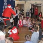 Pani Dyrektor rozmawia ze św. Mikołajem.