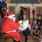 św. Mikołaj rozdaje prezenty.