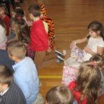 Dzieci rozpakowują prezenty.