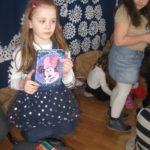 Dziewczynka trzyma prezent.