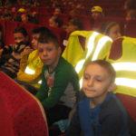 Dzieci czekają na przedstawienie.