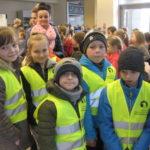 Dzieci czekają na wejście na salę.
