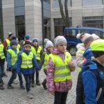 Dzieci idą po chodniku.