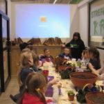 Dzieci oglądają prezentację.
