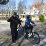 Strażnik miejski tłumaczy zasady zachowania się na skrzyżowaniu.