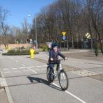 Uczniowie doskonalą jazdę na rowerze.