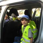 Uczniowie w samochodzie policyjnym.