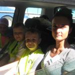 Uczniowie i wychowawczyni w samochodzie policyjnym.