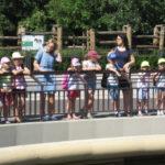 Dzieci oglądają hipopotamy.