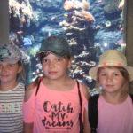 Dziewczynki na tle akwarium.