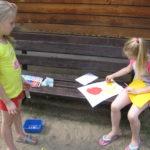 Dzieci wykonują prace promujące zdrowe odżywianie.