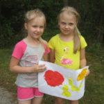 Dzieci prezentują plakaty promujące zdrowe odżywianie.