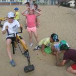 Dzieci na placu zabaw.