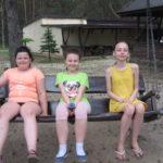 Dziewczynki odpoczywają na hustawce.