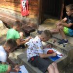 Dzieci malują przyjaźń.