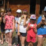 Dzieci prezentują wyścigowe kapsle.
