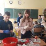 Uczniowie wykonują karmniki dla ptaków.