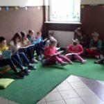 """Uczniowie czytają książki w kąciku """" Cicho - sza""""."""