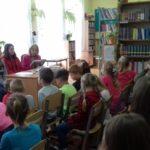 Uczniowie słuchają czytanego przez nauczyciela tekstu.