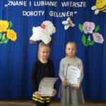 Dziewczynki prezentuja dyplomy.