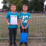Dawid wraz z bratem Oskarem prezentuje swój dyplom.