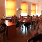 Uczniowie podczas zajęć o Powstaniu Warszawskim.