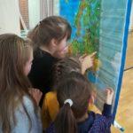 Dziewczynki czytają mapę fizyczna Europy.