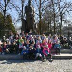 Wspólne zdjęcie przed pomnikiem Józefa Poniatowskiego.