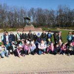 Wspólne zdjęcie przed pomnikiem Chopina.