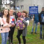 Dziewczynki stoją na placu.