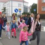 Dzieci z rodzicami idą ulicami Przasnysza.