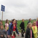 Dzieci idą do Rostkowa.